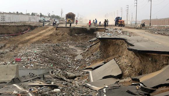 Varias carreteras fueron destruidas por los embates de la naturaleza a inicios de año. Según el plan del Gobierno, se reconstruirán 2.638 kilómetros de carreteras en Lima y las regiones golpeadas por El Niño costero. (Foto: AFP)