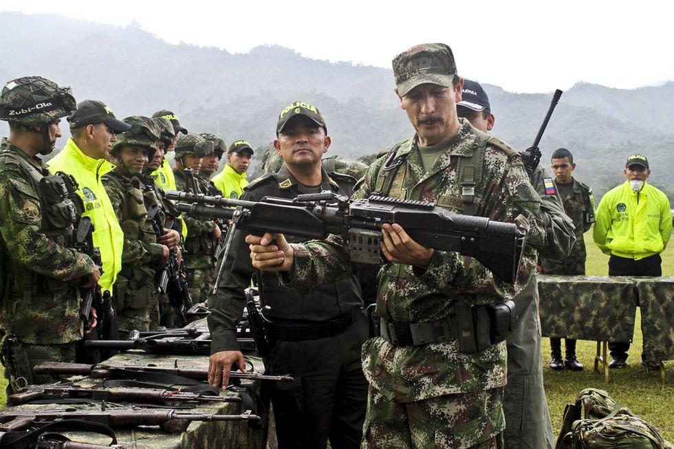 El mayor general Nicacio Martínez Espinel, comandante del ejército colombiano, examinaba un conjunto de armas incautadas a los rebeldes caídos en combate. (Felipe Caicedo/Agence France-Presse — Getty Images).