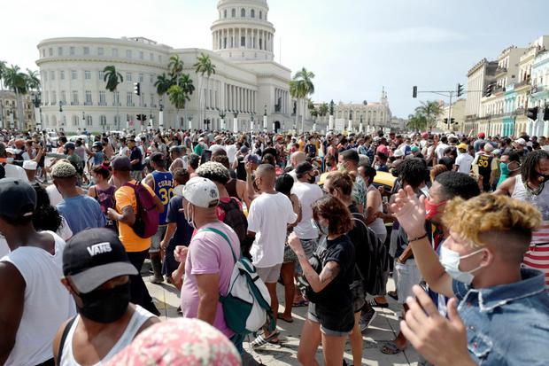 La gente participa en una protesta frente al Capitolio de La Habana. (Foto: ADALBERTO ROQUE / AFP).