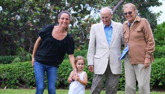 Stella Cattarossi junto a su madre, Graciela, y sus abuelos, Gino y Graciela. (Captura).