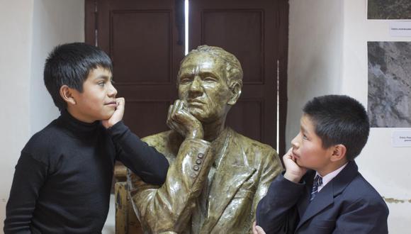 Niños de Santiago de Chuco (La Libertad) junto a una escultura del poeta César Vallejo, destacado vate peruano que nació el 16 de marzo de 1892 en esa ciudad, ubicada en la sierra norte del Perú. (Foto: GEC El Comercio).