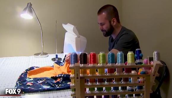 El médico estadounidense Erik Bostrom cose una manta por cada niño que ayuda a nacer | Foto: Captura de video / Fox 9