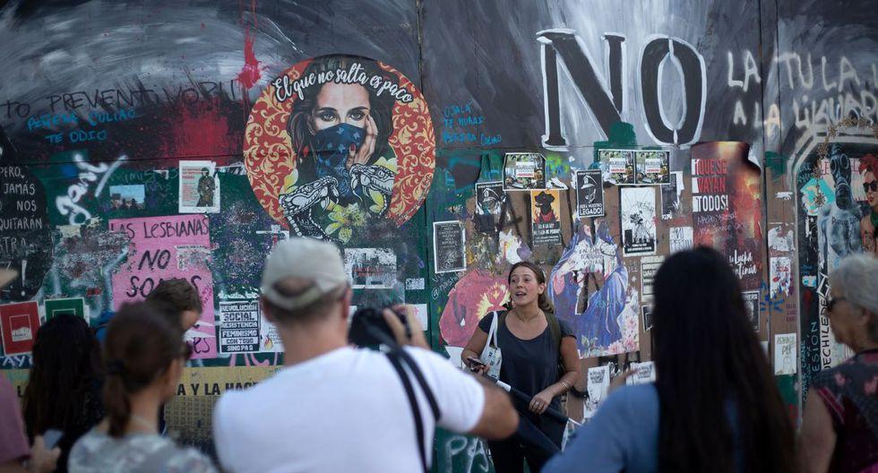"""Abundan también en las paredes las referencias a la performance creada por el colectivo chileno Las Tesis """"El violador eres tú"""", replicada alrededor del mundo. (Foto: AFP)"""