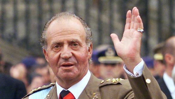 El rey de España Juan Carlos I saluda a la multitud cuando sale de la catedral de Santiago de Compostela el 25 de julio de 1999. (Foto: ERIC CABANIS / AFP).