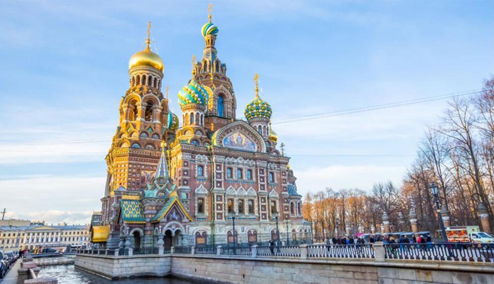 Rusia. En San Petersburgo destaca la Iglesia de la Resurrección de Cristo. Este templo fue construido sobre el lugar donde asesinaron al zar Alejandro II de Rusia en 1881. Posee un estilo ecléctico y fue diseñado por el arquitecto Alfred Parland. (Foto: Shutterstock)