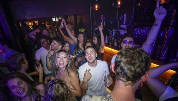 Gente reacciona en la pista de baile poco después de la reapertura, en The Piano Works en Farringdon, en Londres. (Alberto Pezzali - AP).