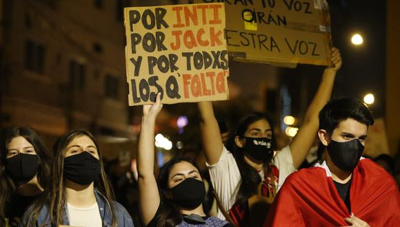 Con carteles, arengas, flores, los manifestantes se han solidarizado con la familia de los dos jóvenes fallecidos (Foto: Violeta Ayasta @photo.gec)