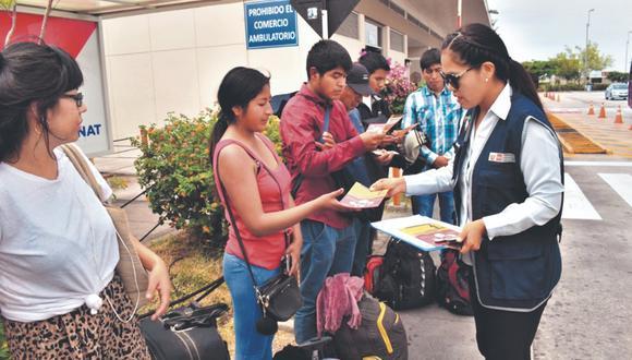 En la frontera con Chile, el personal de salud brinda material informativo a los viajeros. Por este punto, al día, transitan unos 25 mil visitantes. (Foto: Ernesto Suárez)