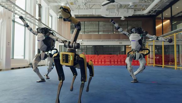 Spot y una pareja de humanoides Atlas protagonizaron junto al robot Handle del video para despedir el año creado por Boston Dynamics. (Captura de pantalla)