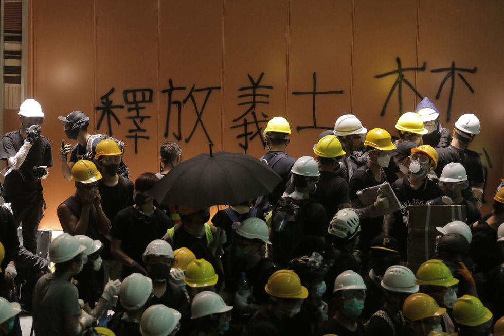 Manifestantes entran por la fuerza al Parlamento. Foto: AFP