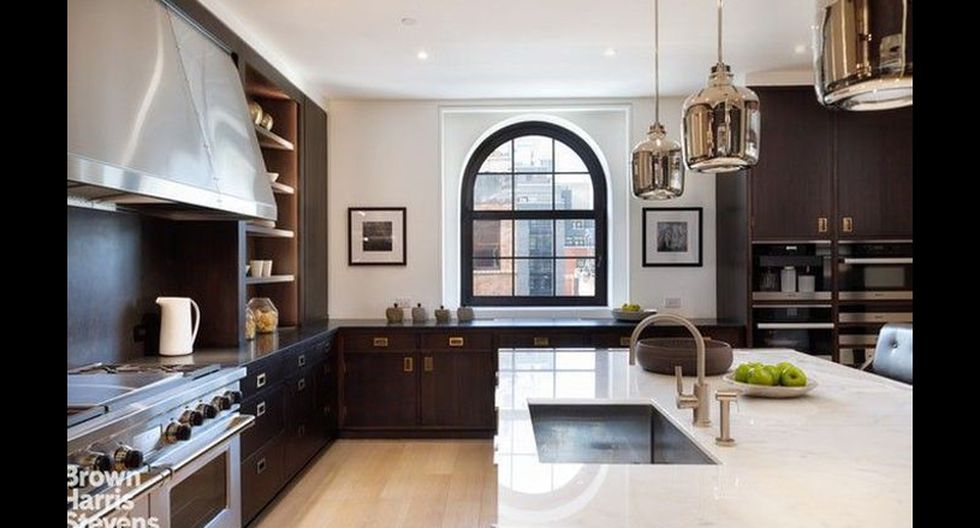 En el piso superior, una sala familiar se abre a la terraza e incluye una chimenea, tocador y barra de bar. Un ascensor alcanza los tres niveles. (Foto: Realtor)