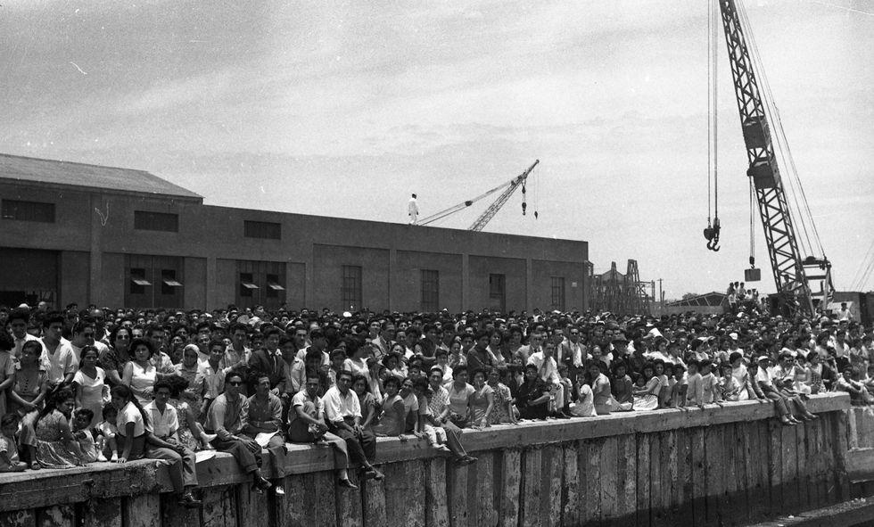 """Miles de personas esperando en el puerto del Callao la llegada del crucero """"Almirante Grau"""", el 31 de enero de 1960 (Foto: Archivo Histórico El Comercio)"""