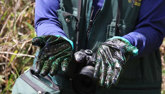 Cada vez que encuentra una evidencia de petróleo, Elmer Hualinga se pone guantes y apoya las manos sobre el crudo para verificar su existencia. Es una de las metodologías que aprendió en las capacitaciones a los monitores.