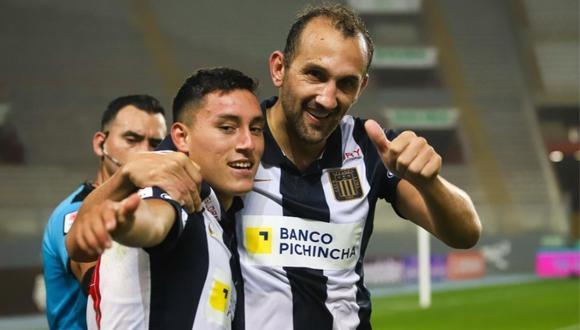 Hernán Barcos y Axel Moyano celebrando el gol del triunfo de Alianza Lima. (Foto: Liga Profesional de Fútbol)