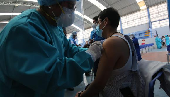La ministra Cornejo indicó que en los departamentos de San Martín y Ayacucho se ha logrado vacunar a más del 50% del personal de salud. (Foto: Leonardo Cuito / GEC)