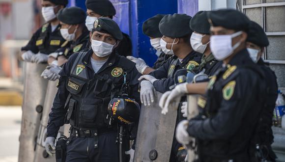 Policías en las afueras del mercado Caquetá durante la cuarentena por COVID-19. (Foto: ERNESTO BENAVIDES / AFP)