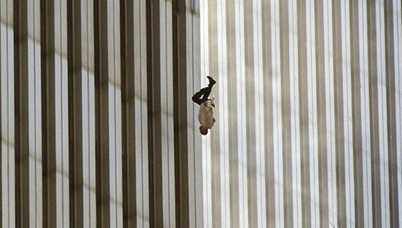 "Un hombre se arroja desde una de las torres del World Trade Center. ""The Falling Man"". (Foto: Richard Drew - AP)."