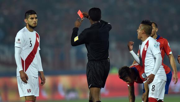 En las pasadas semifinales de la Copa América, Carlos Zambrano fue echado por agredir a Charles Aránguiz. (Foto: AFP)