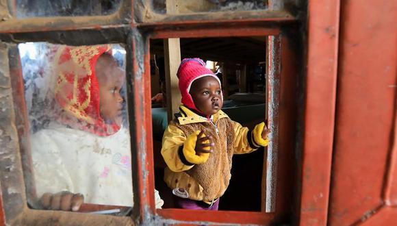 Hijos de madres adolescentes kenianas miran desde su dormitorio mientras esperan a sus progenitoras dentro de la escuela secundaria para niñas Serene Haven. (EFE / EPA / DANIEL IRUNGU).
