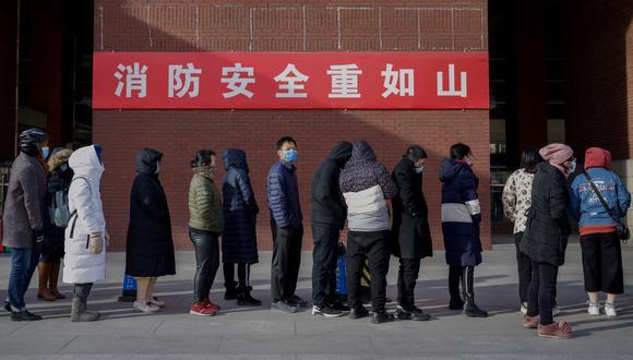 Los residentes esperan en una fila para hacerse la prueba del coronavirus Covid-19 en Beijing el 29 de diciembre de 2020 (Foto de Noel Celis / AFP).