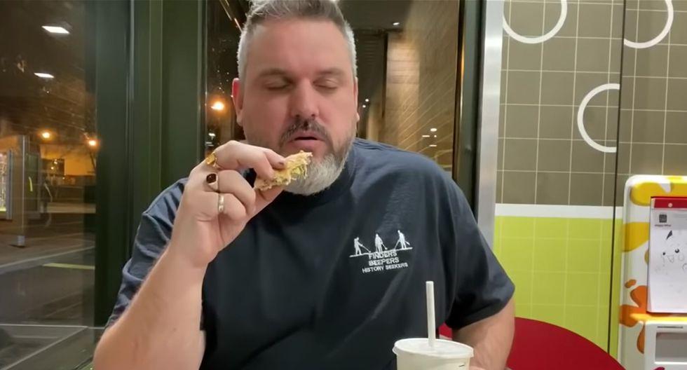 Matt Nadin enterró una hamburguesa hace 14 meses y ha decidido comérsela ahora para celebrar su 40 cumpleaños. (YouTube | Beeper Beef)