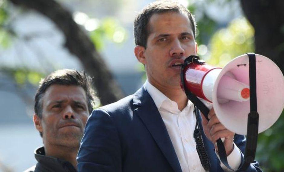Juan Guaidó (al frente) y Leopoldo López encabezaron la movilización de este martes. Foto: GETTY IMAGES, vía BBC Mundo