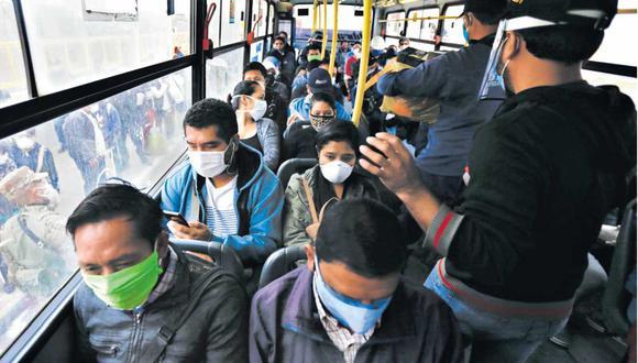 Esta imagen fue tomada ayer en Puente Nuevo. Este bus incumplió las normas al llevar a pasajeros en todos sus asientos: solo se puede usar el 50%. (Foto: Hugo Curotto)