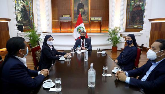 Mandatario junto con el asesor legal del Frepap y congresistas de ese partido político. (Foto: Presidencia)