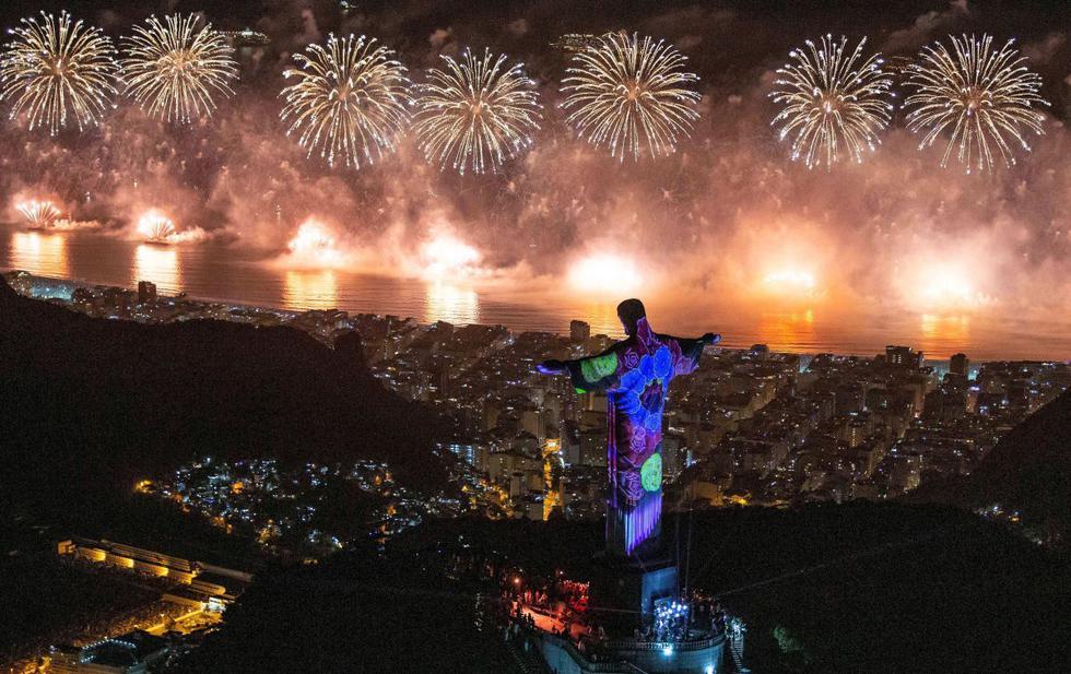 Una foto distribuida por Riotour muestra un espectáculo de fuegos artificiales detrás de Cristo Redentor. (EFE)