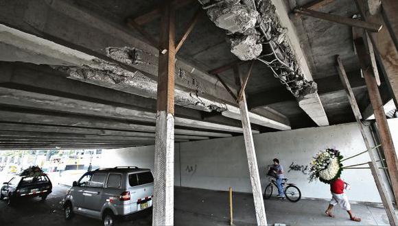 Apenas unas vigas refuerzan el dañado puente de la Av. Brasil