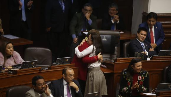 La legisladora Karla Schaefer también aplaudió la votación. (Foto: Mario Zapata / GEC)