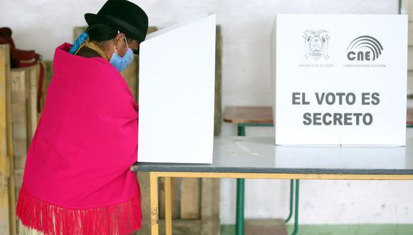 Una mujer indígena vota en un colegio electoral en Cangahua, provincia de Cayambe, Ecuador, el 11 de abril de 2021. (Foto de Cristina Vega RHOR / AFP).