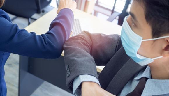 La OMS recomendó a las personas no saludar con el codo para evitar contagios de COVID-19 | Foto: Referencial