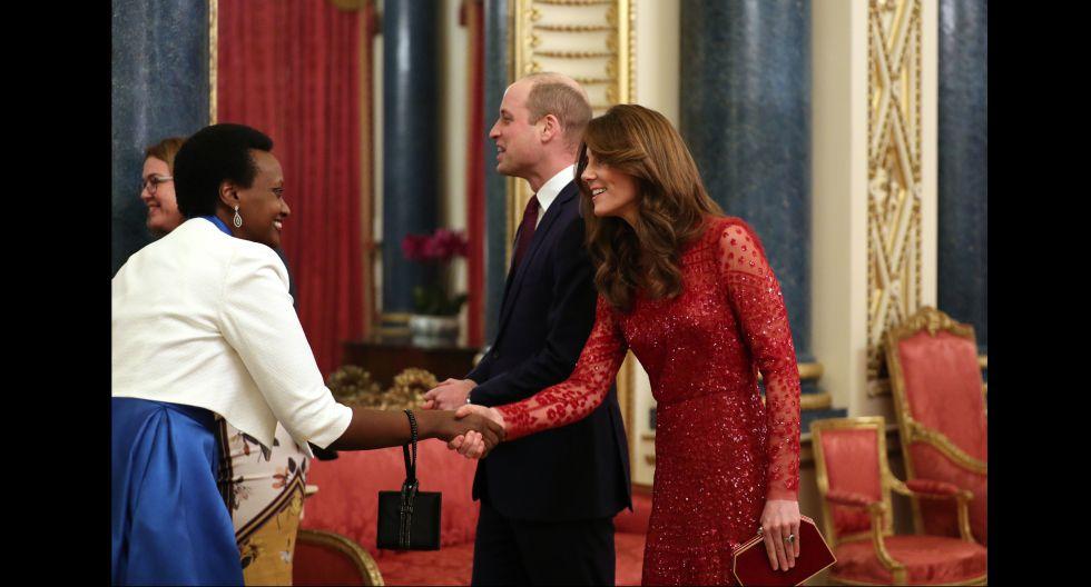 Para complementar el look, la duquesa llevó un clutch a tono con destellos dorados, diseñado por  Jenny Packham. (Foto: AFP)