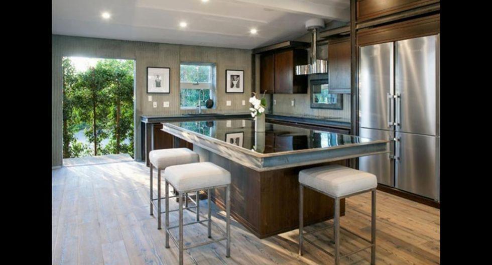 La cocina también proyecta modernidad. La isla central de trabajo puede funcionar como un práctico comedor de diario. (Foto: West Estate Agency)