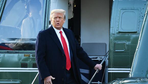 En esta foto de archivo tomada el 20 de enero de 2021, Donald Trump, aborda el Marine One en la Casa Blanca. (Foto: MANDEL NGAN / AFP).