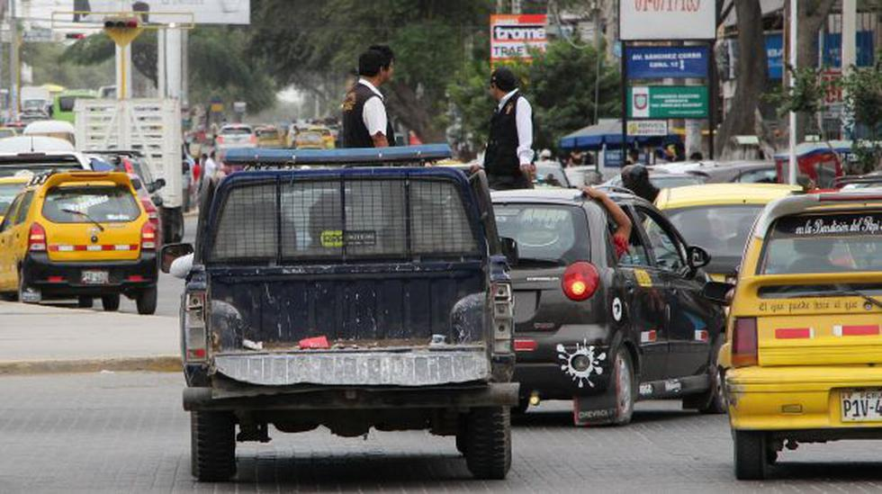 Fiscalizadores viajan en tolva de vehículos sin placa de rodaje - 1