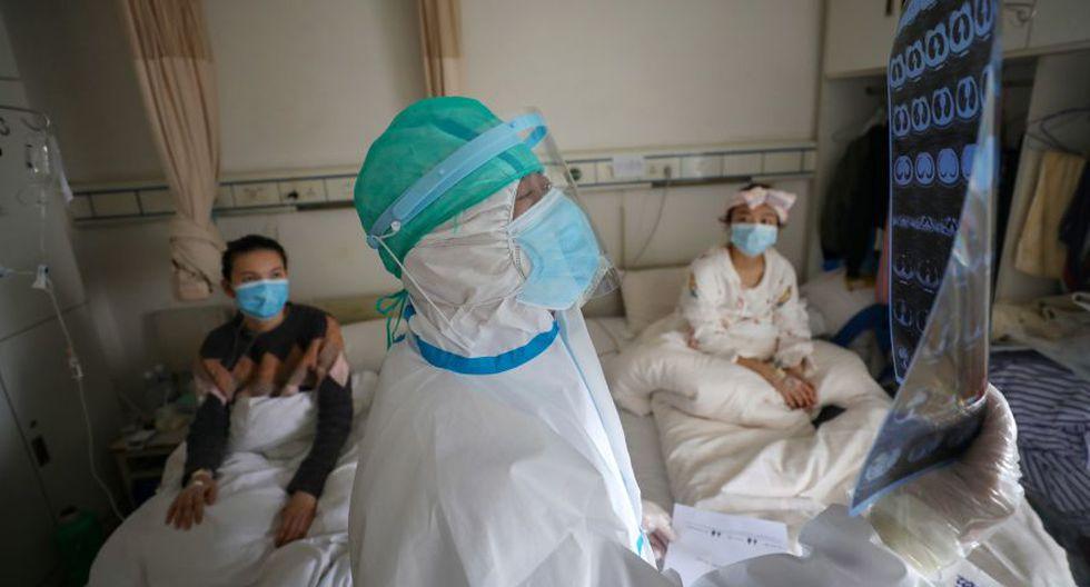 Médico con traje de protección inspecciona una imagen de tomografía computarizada en una sala del Hospital de la Cruz Roja de Wuhan en Wuhan, el epicentro del nuevo brote de coronavirus, en la provincia de Hubei. (Foto: Reuters).