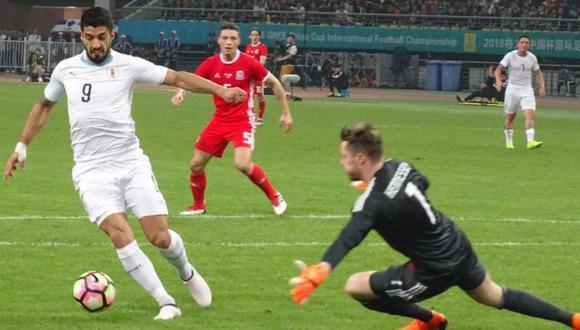 Luis Suárez tuvo un primer tiempo falta frente a Gales. El 'Pistolero' falló sus disparos, los cuales acabaron dos veces en el parante. (Foto: captura de video)