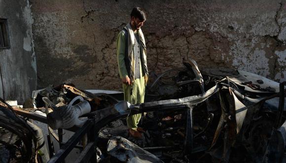 Un vecino de Ezmarai Ahmadi, parado en medio de los escombros de la casa de Ahmadi que resultó dañada en un ataque con aviones no tripulados estadounidenses en el vecindario Kwaja Burga de Kabul. (Foto: Hoshang Hashimi / AFP).