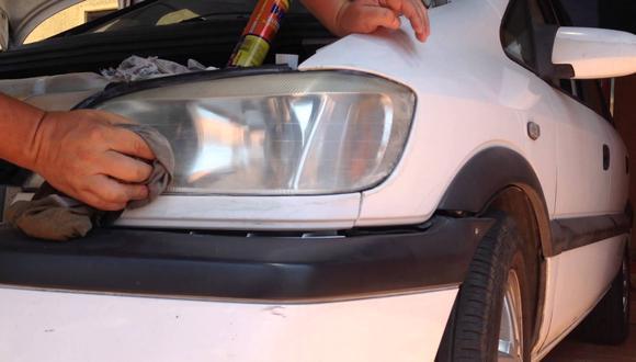 ¿Cómo pulir los faros del auto usando pasta de dientes?
