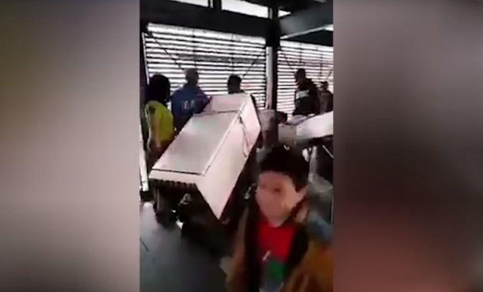 Meten una nevera en una estación del TransMilenio en Colombia. Foto: Captura de video