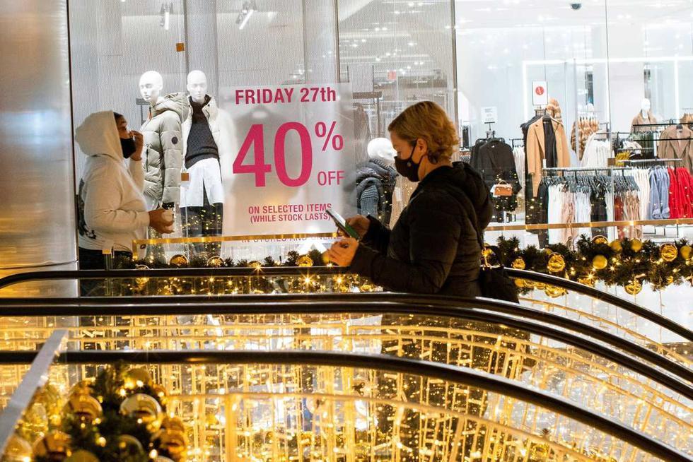 Las personas visitan las tiendas en Hudson Yards durante la apertura de las ventas del Black Friday en Manhattan, Nueva York, Estados Unidos, el 27 de noviembre de 2020. (REUTERS/Eduardo Muñoz).