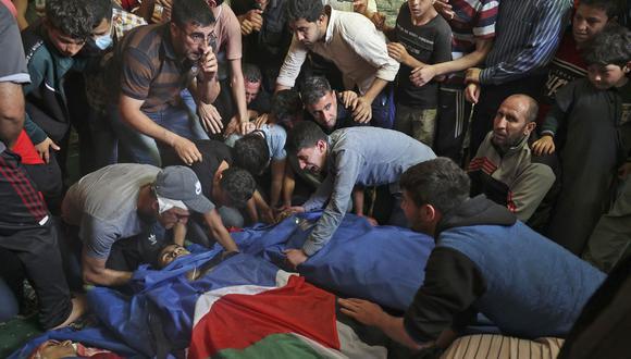Los palestinos lloran ante los cuerpos de las personas que murieron en los ataques aéreos israelíes, durante una ceremonia fúnebre en Jabalia, en el norte de la Franja de Gaza. (Foto de MOHAMMED ABED / AFP).