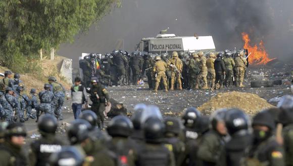 La policía antidisturbios y los soldados bolivianos chocan con partidarios del ex presidente Evo Morales en Sacaba, provincia de Chapare, departamento de Cochabamba, el 15 de noviembre de 2019. (AFP).