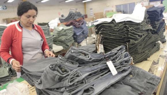 De acuerdo a cifras oficiales reportadas en el SEACE, las entidades públicas, entre el 2014 y el 2016, adjudicaron S/2 343,329 en camisetas de algodón. La industria textil aporta el 1,43 % del PBI nacional. (El Comercio)