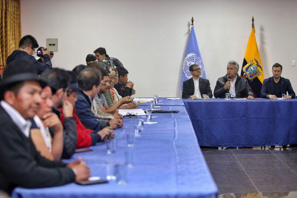 """Los indígenas solicitaron la renuncia de los ministros de Gobierno y Defensa, María Paula Romo y Oswaldo Jarrín, debido a la """"violencia desmedida"""" de las autoridades durante las protestas sociales. (AFP)"""