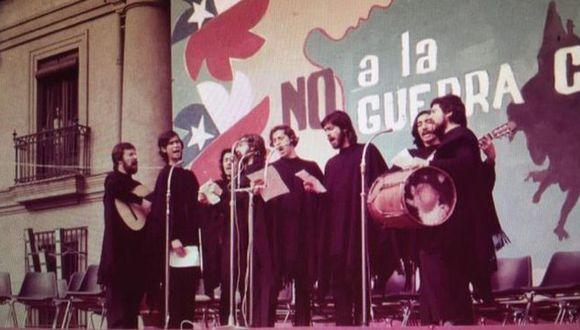 """Cuando Quilapayún cantó por primera vez la melodía tuvo que hacerlo apoyado con textos, pues no se sabían la letra de memoria. Atrás, un letrero que dice: """"No a la guerra civil"""". Foto: QUILAPAYÚN, vía BBC Mundo"""