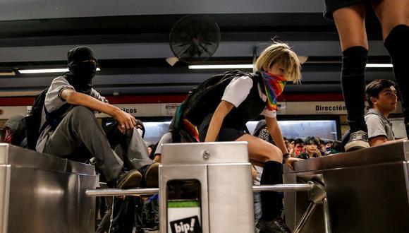 En esta foto de archivo tomada el 2 de diciembre de 2019, estudiantes participan en una protesta masiva para eludir tarifas en la estación de metro Los Héroes en Santiago. (JAVIER TORRES / AFP).
