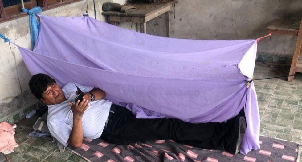 """Morales publicó en Twitter una fotografía tumbado en el suelo sobre una manta, en un mensaje en el que agradeció el apoyo de """"las federaciones del Trópico de Cochabamba"""". (AFP)"""